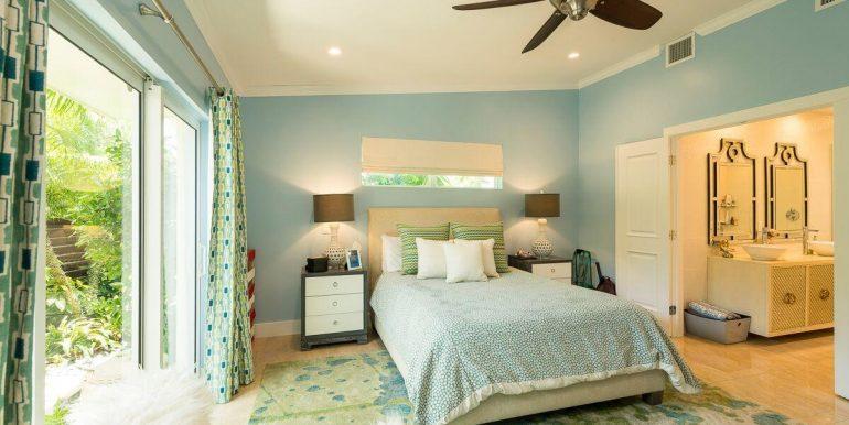 Lowe-916-VonPhister-guestbedroom